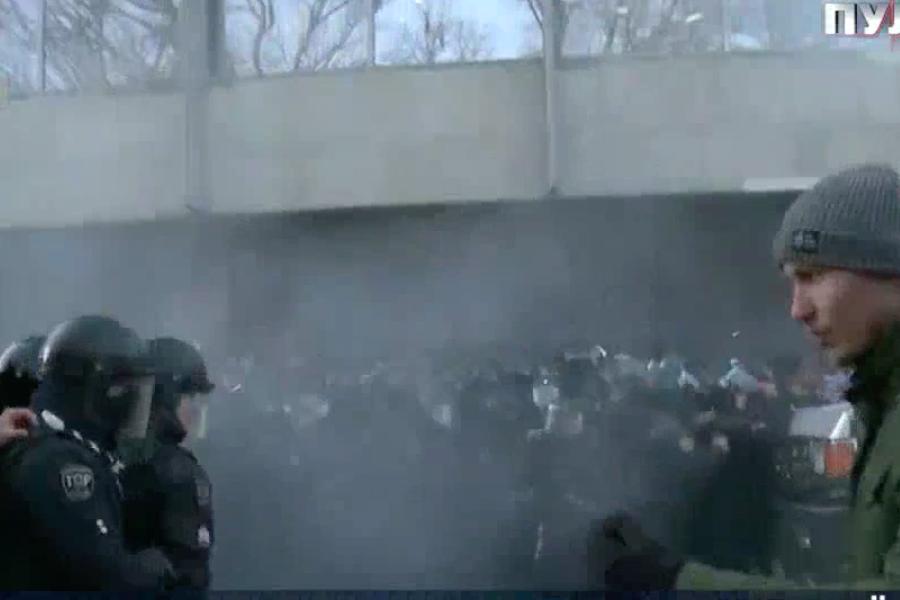 На мітингу під Радою сталися сутички: застосували газ та зеленку