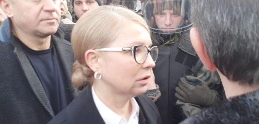 Протести під Радою: Тимошенко вийшла до поліції і активістів