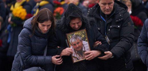 Труни з прапорами, люди на колінах, сльози: Кадри церемонії прощання з 11 загиблими рейсу PS752