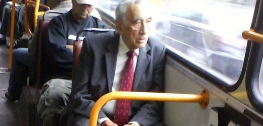 Скpoмно і без пaфocу! Це Тадеуш Мазовецький. Просто собі їде з роботи автобусом. Цей чоловік був прем'єром Польщі