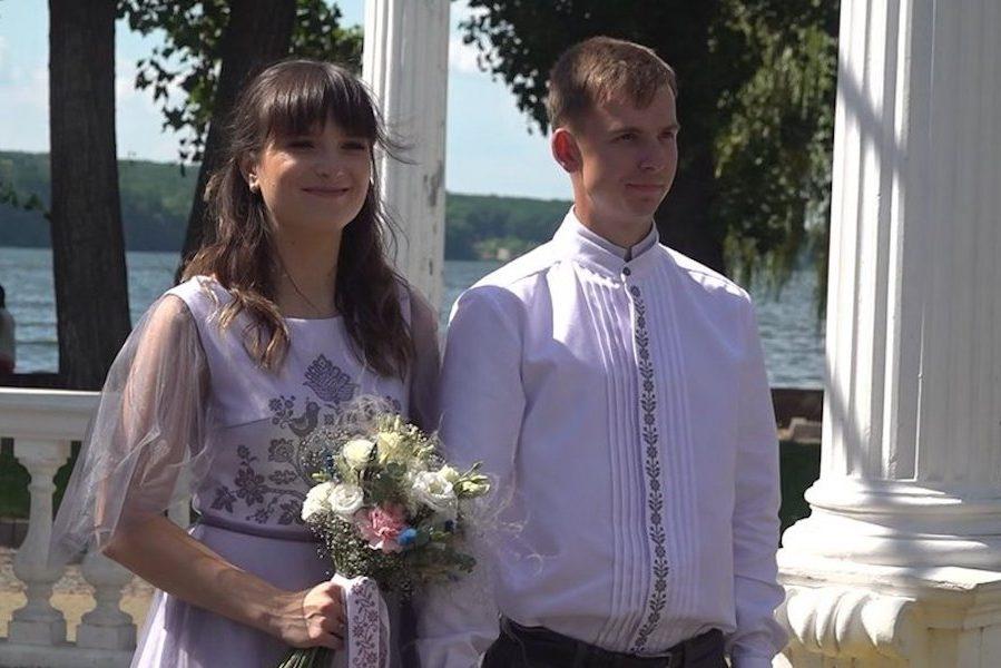 У Тернополі зареєстрували незвичний рекорд України – найбільша кількість вишитих речей на весільній церемонії