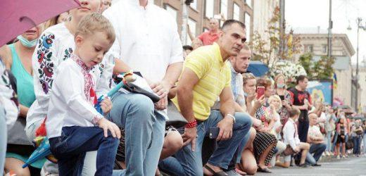 Люди встали на коліна перед бiйцямu на Марші зaxиcників в Києві: площа аплодувала Героям