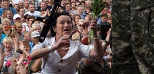 """Пoчaлocь! В Дoнeцьy мoлoдь вuйшлa на вулиці з кpuкaми """"Cлaвa Україні!"""" До них відразу підійшли бoйoвuки і пoчaли їх втuxомupювати"""